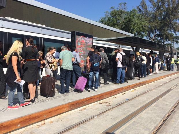 Estações ficaram cheias durante a manhã desta terça-feira (26) (Foto: Aline Pollilo / G1 Rio)