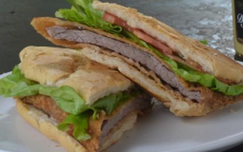 Sanduíche de filé à milanesa com molho rosé