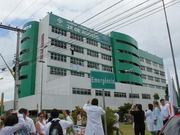 Durante manifestação, profissionais balançaram lençois do hospital nas janelas (Foto: Camila Henriques/G1 AM)