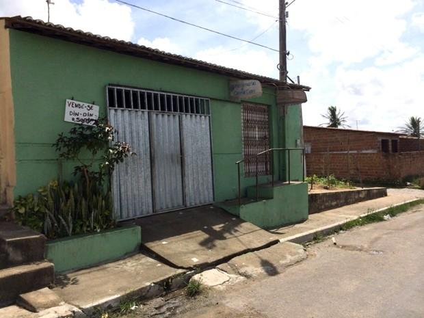 Garota estava na porta de casa vendendo picolés quando foi baleada no pescoço (Foto: Matheus Magalhães/Inter TV Cabugi)
