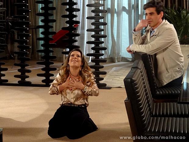 Berna ajoelha e agradece a graça alcançada: o sonhado casamento (Foto: Malhação / TV Globo)