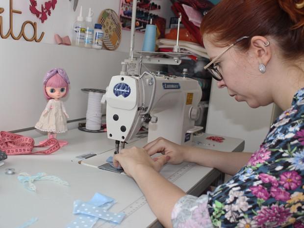 Peças pequenas exigem corte e acabamentos precisos (Foto: Patrícia Andrade/G1)