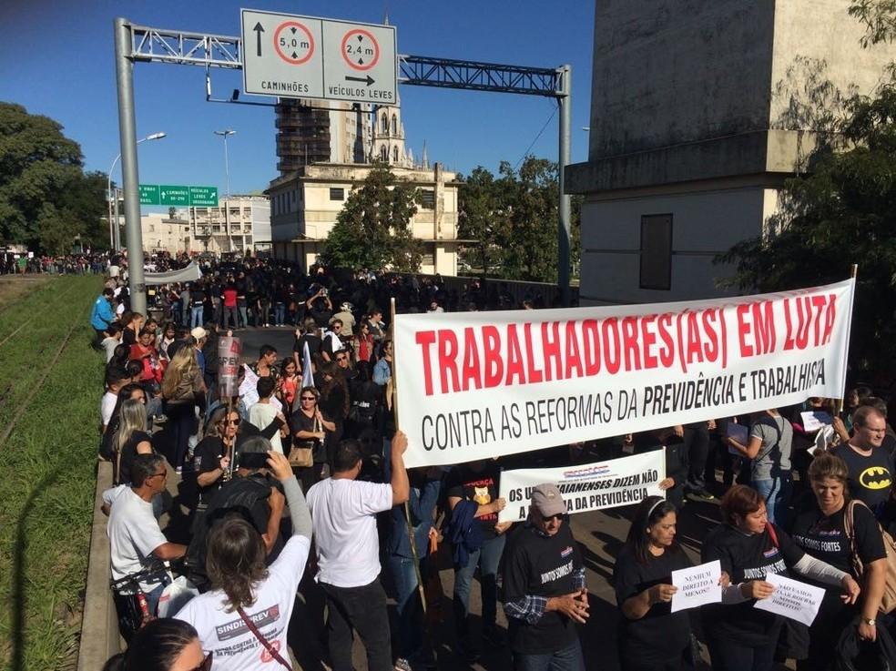 Protesto de trabalhadores em Uruguaiana, na Fronteira Oeste do Rio Grande do Sul (Foto: Josiane Pimentel/RBS TV)