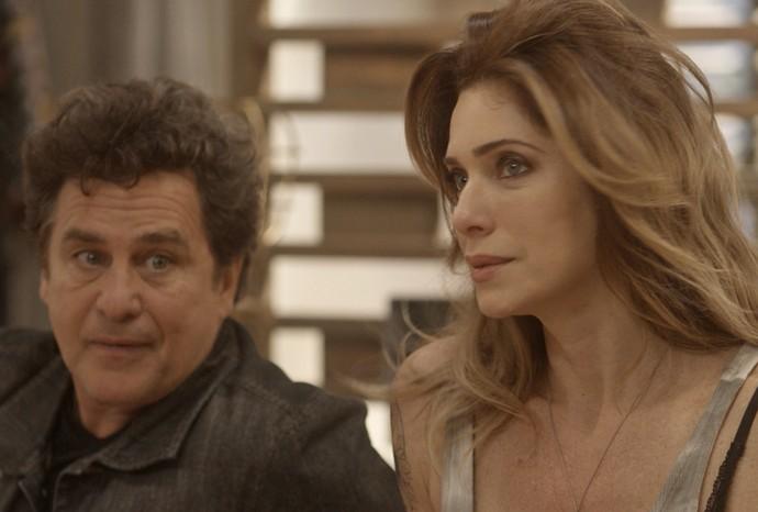 Vittorio vê namorada com amigo no quarto (Foto: TV Globo)