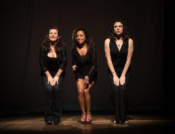 Fernanda em cena do espetáculo ao lado de Aretha e Francis, atrizes que também participam da peça (Foto: Divulgação)