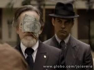 Furioso, Mundo joga dinheiro na cara de Ernest (Foto: Joia Rara/ TV Globo)