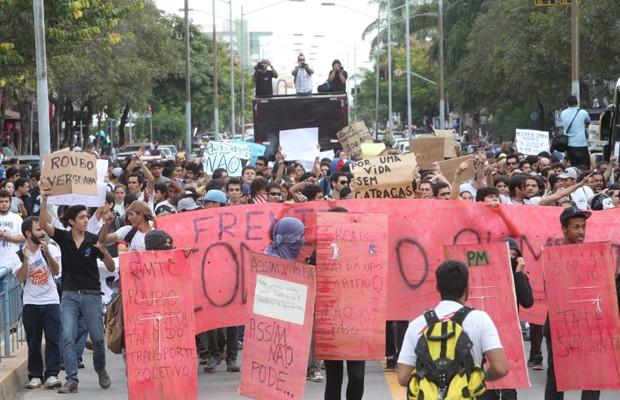 Estudantes protestam contra aumento da tarifa de ônibus em Goiânia (Foto: Sebastião Nogueira/O Popular)