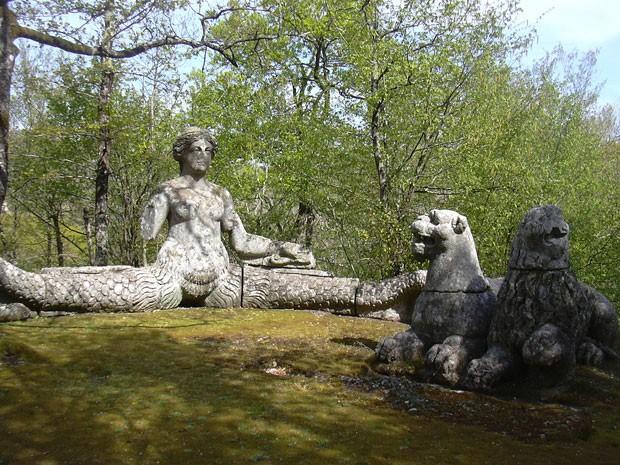 Escultura com sereia e leões no Parque dos Monstros, na Itália (Foto: Gabriele Delhey/Creative Commons)