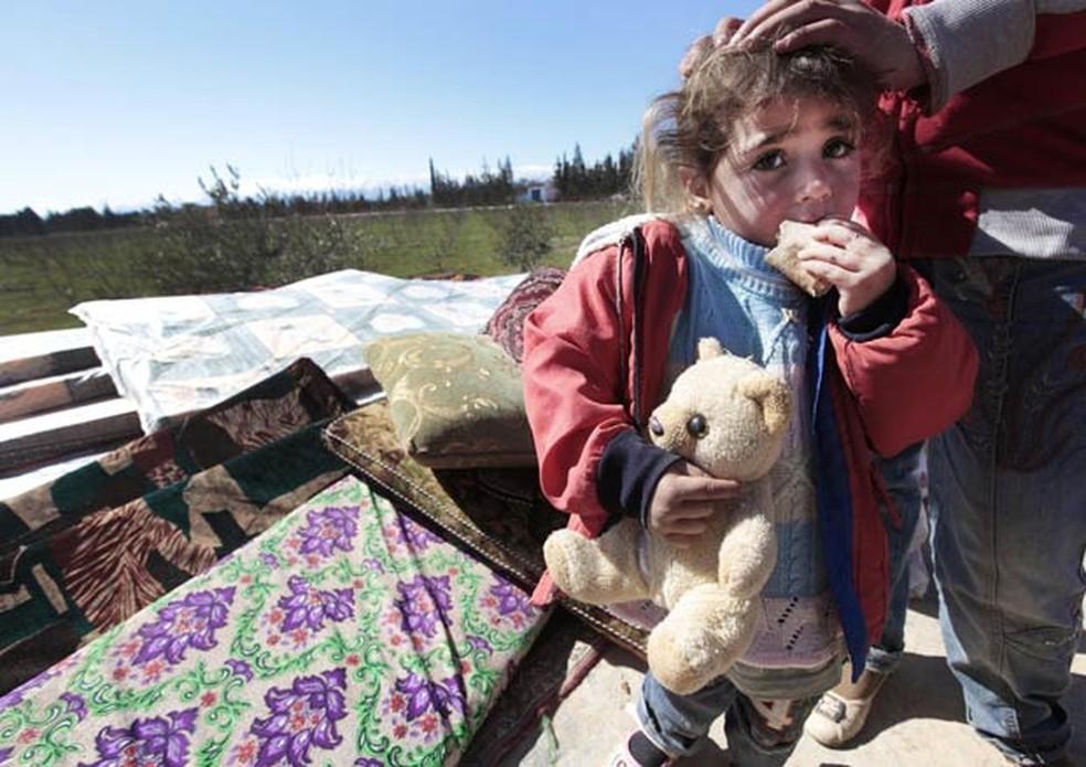 Criança síria que fugiu de Homs com a família (Foto: AP )