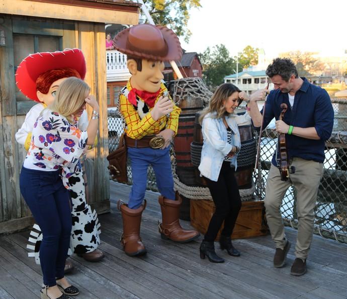 Angélica, Sandy e Lucas dançam com personagens de Toy Story (Foto: Thiago Fontolan/Gshow)