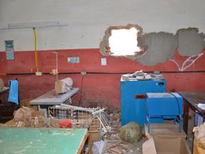 Quando abriu a loja, um dos funcionários se deparou com o arrombamento (Foto: Walter Paparazzo/G1)