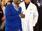 Thiaguinho recebe alta hospitalar e médico descarta 'doenças malignas'