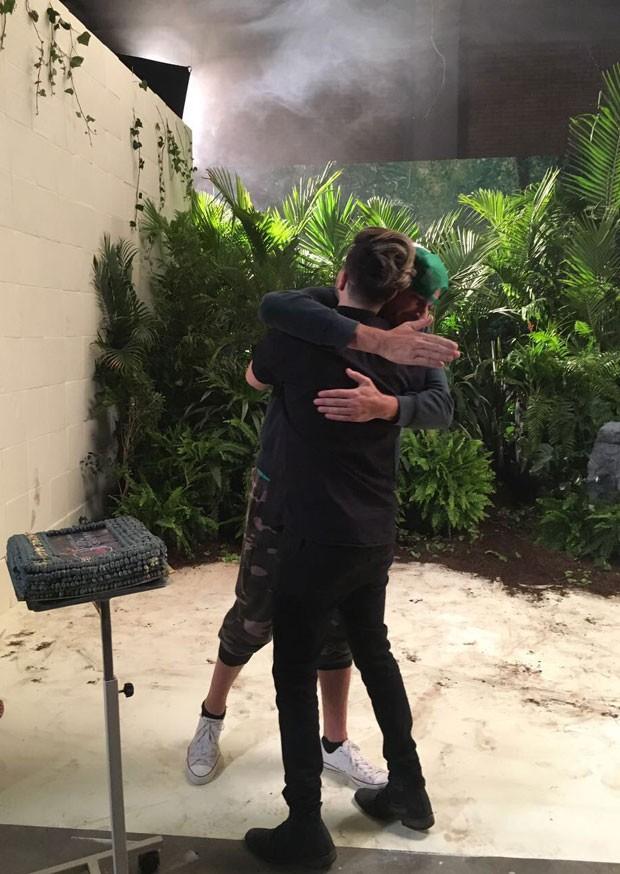 Luan abraça o diretor Gil Green nas gravações na Colômbia (Foto: Reprodução Instagram)