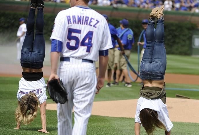 Ex-ginastas americanas fazem acrobacia antes de jogo de beisebol (Foto: AP Photo/David Banks)