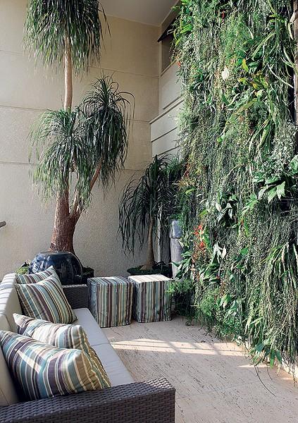 A paisagista Paula Magaldi projetou este jardim vertical, formado por espécies como ripsális, lírio-da-paz, columeia, samambaia e aspargo-samambaia plantadas em vasos de fibra de coco (Foto: Renato Corradi/Casa e Jardim)