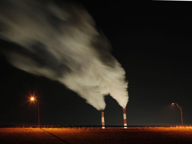 Emissões provenientes de usina de carvão instalada em La Cygne, nos Estados Unidos. País lança nesta terça-feira Plano de Ação Climática (Foto: Arquivo/Charlie Riedel/AP)