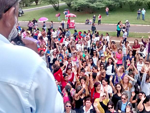 Merendeiras e recepcionistas de hospitais do DF durante assembleia que decidiu pela greve das categorias (Foto: Robson Oliveira Silva/Sindserviços-DF/Divulgação)