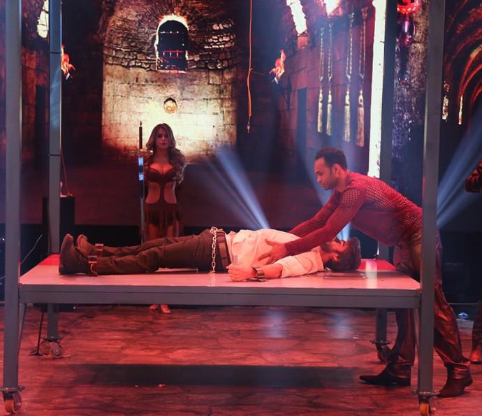 Rafael Vitti é acorrentado no palco do 'Domingão' (Foto: Carol Caminha / Gshow)