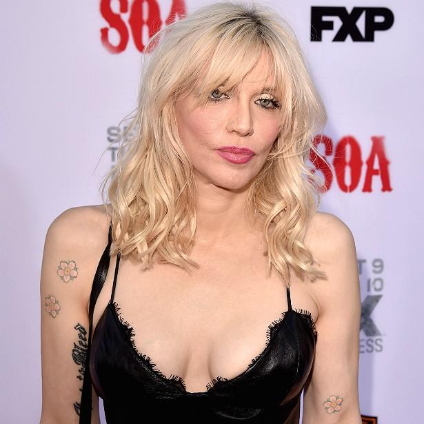 A roqueira Courtney Love já implantou silicone nos seios. Depois retirou as próteses e as levou para casa como uma lembrancinha da cirurgia. Infelizmente, um dos cachorros da cantora comeu o silicone e morreu. É sério. (Foto: Getty Images)