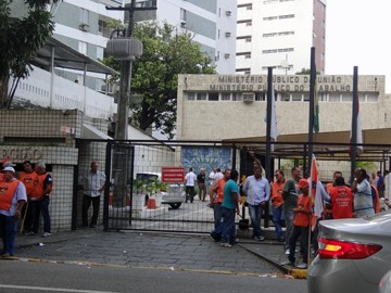 Com coletes laranja, membros da Força Sindical se envolveram em confusão com participantes do Conlutas (Foto: Débora Soares/G1)