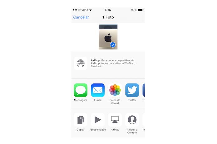 Compartilhando uma foto feita com a câmera do iOS através da tela bloqueada (Foto: Reprodução/Marvin Costa)