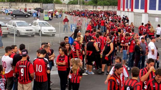 Torcida do Atlético-PR faz fila para entrar na VIla Capanema (Foto: Fernando Freire)