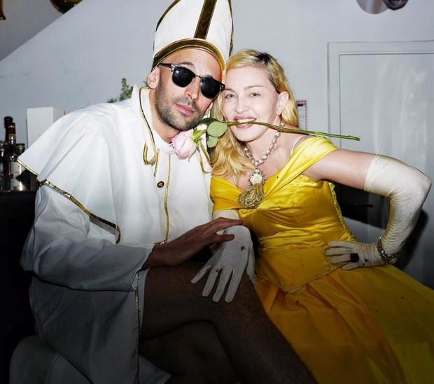 Madonna com amigo (Foto: Reprodução/Instagram)