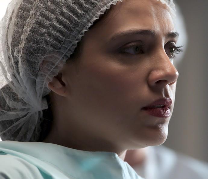 Anita dá um grito de pavor e desiste de fazer o procedimento  (Foto: TV Globo)
