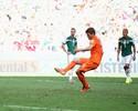 A coragem de Huntelaar: quatro erros em cinco pênaltis antes do gol