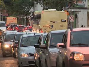 Trânsito Rua Dom Silvério Juiz de Fora 2 (Foto: Reprodução/ TV Integração)