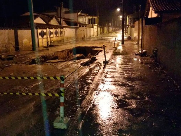 Rua foi interdiata após atingir obras de contenção pluvial (Foto: Divulgação / Defesa Civil)
