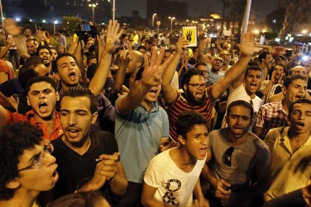 Partidários do presidente deposto Mohamed Morsi protestam na Praça Tahrir no Cairo nesta terça-feira (1°) (Foto: Mohamed Abd El Ghany/ Reuters)