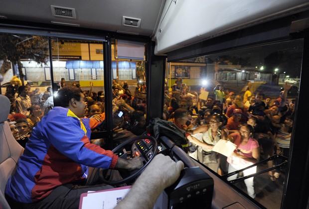 Maduro dirige ônibus durante sua campanha presidencial neste sábado (6) (Foto: Juan Barreto/AFP)
