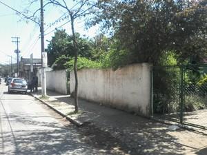 Fachada da escola estadual em Suzano onde um muro cedeu nesta quarta (16) (Foto: Sandra Redivo / TV Diário )