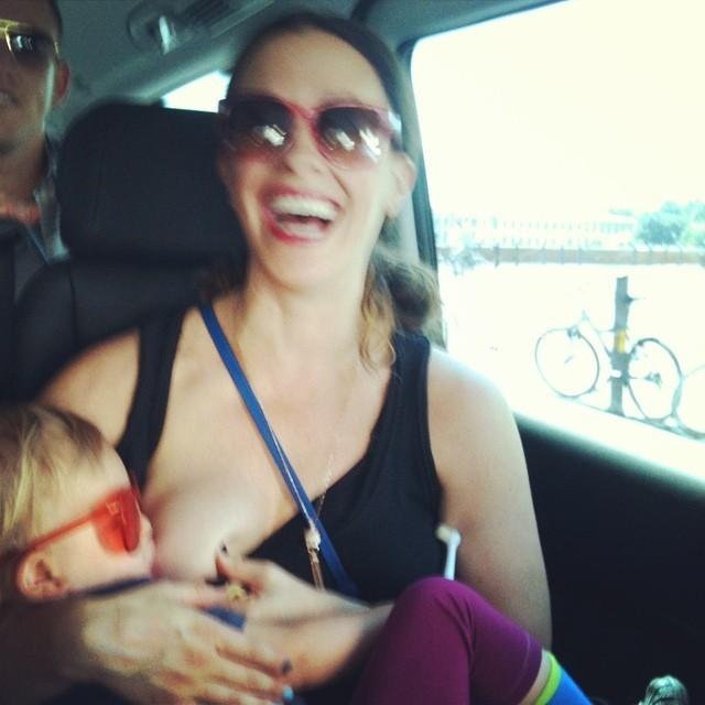 A canadense tirou foto amamentando sua filha no Instagram. (Foto: Instagram)