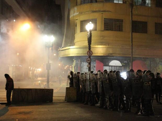Ao menos cinco explosões puderam ser ouvidas por volta das 18h30 no Largo do Paissandu. (Foto: Márcio Fernandes/Estadão Conteúdo)