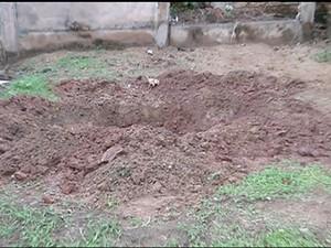 Polícia encontrou buraco onde seria enterrado corpo do idoso (Foto: Reprodução/TV Anhanguera)
