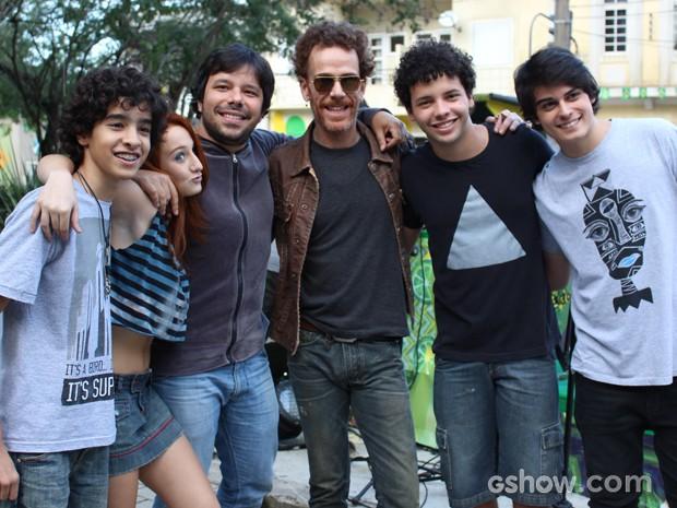 Depois da gravação, todo mundo quis tietar um poquinho o cantor (Foto: Malhação / TV Globo)