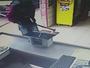 Vídeo mostra rapaz armado com enxada durante assalto a padaria