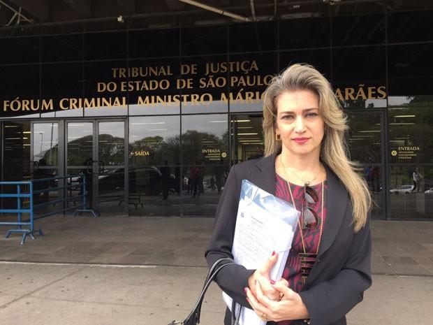 A advogada da jornalista, Ana Paula Cortez, na saída do Fórum da Barra Funda (Foto: Mariana Nogueira/G1)