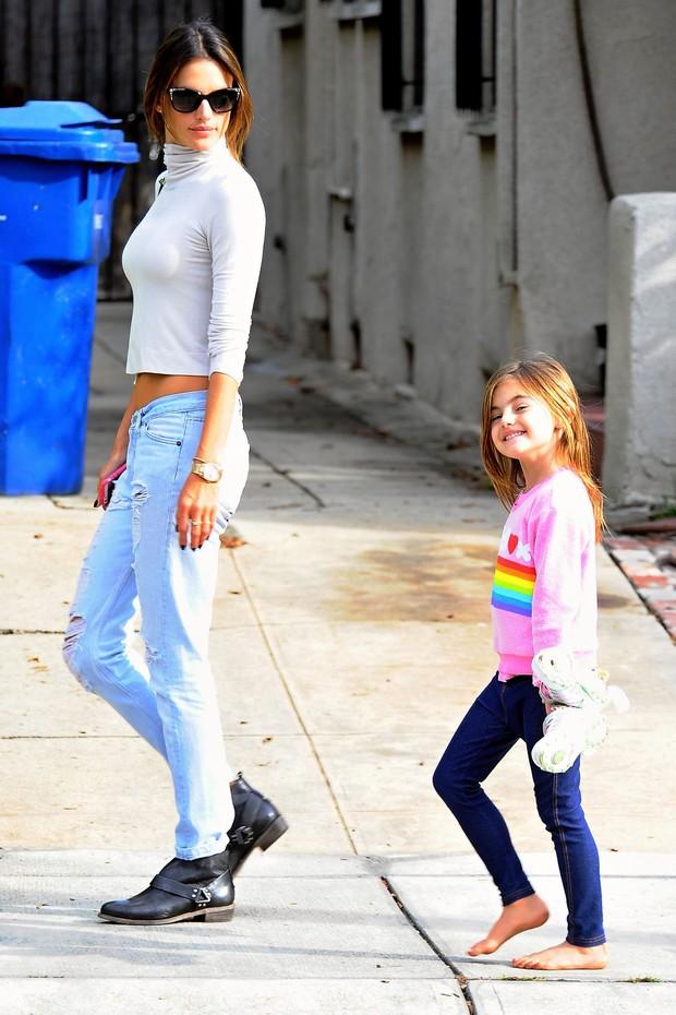 Alessandra Ambrósio e a filha, Anja (Foto: Grosby)