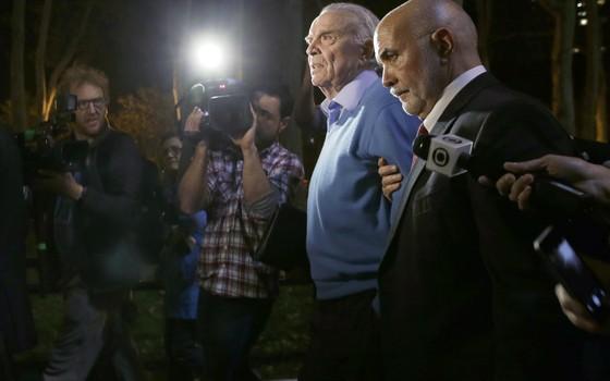José Maria Marin em Nova York após ser extraditado para os Estados Unidos (Foto: Mary Altaffer/AP)