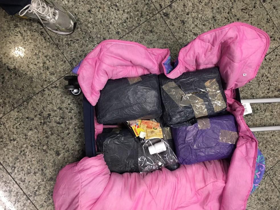 Droga estava escondida no interior da mala do passageiro (Foto: Divulgação/Polícia Federal)
