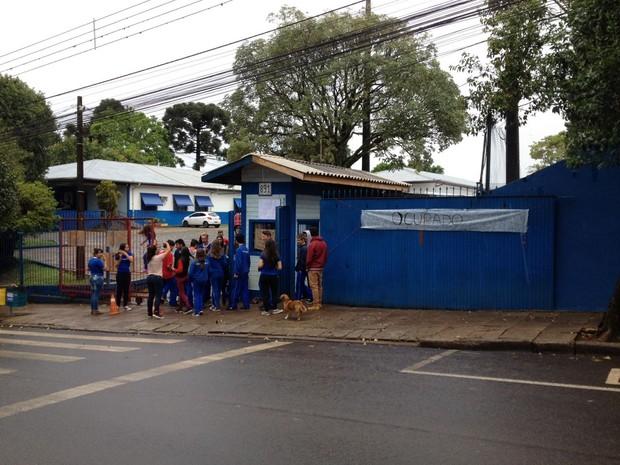 Em Pato Branco, no sudoeste, alunos também ocupam o Colégio Estadual La Salle (Foto: Adriana Loduvichack/RPC)