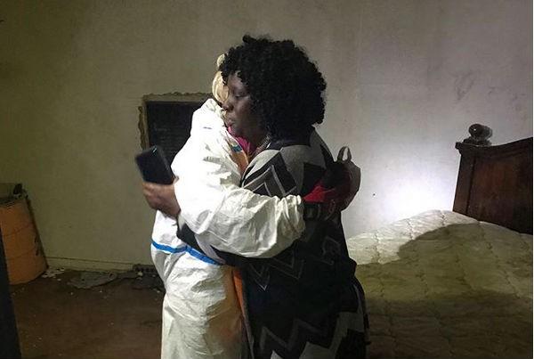 A cantora Lady Gaga abraçada a uma vítima do Furacão Harvey (Foto: Instagram)