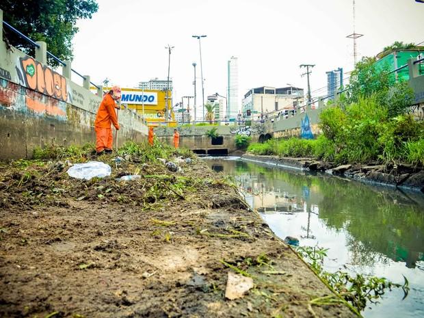 Canal da Tamandaré passa por limpeza (Foto: Tássia Barros/ Comus)