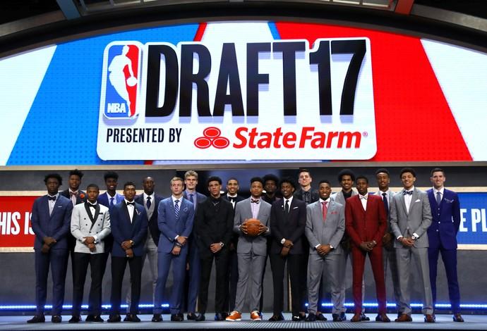 Atletas posam juntos para a foto no Draft 2017 da NBA (Foto: Getty Images)