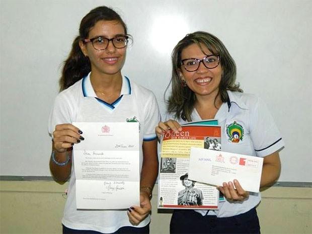 Orgulhosa, Fernanda mostra carta que recebeu do Palácio de Buckingham (Foto: Educandário Santa Teresinha)