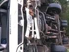 Ônibus com 31 passageiros tomba na BR-251, no Norte de Minas Gerais