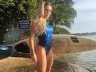 Joana Machado sensualiza de maiô e shortinho jeans em praia